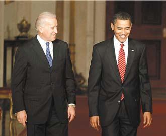 美國眾院廿一日通過健保改革法案後,歐巴馬總統(右)在副總統拜登的陪同下在白宮發表電視談話,讚揚這項法案是「回應歷史的召喚」。(路透).bmp