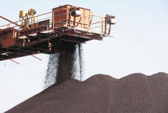 鐵礦砂價格節節攀升,引發鋼鐵業者強烈反彈,歐洲鋼鐵業聯盟致函歐盟執委會,要求調查三大鐵礦砂業者壟斷市場和聯合漲價的不公平行為。(彭博資訊).jpg
