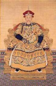 此次蘇富比春拍中所拍的朝珠與清雍正《雍正朝服相》中,與雍正所佩帶的相當雷同。(圖片來源:北京故宮博物院).jpg