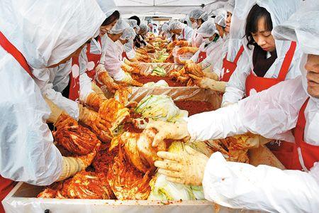 南韓現在出現泡菜短缺危機,因為酷寒冬雪導致南韓大白菜嚴重歉收,讓一顆大白菜售價超過6,000韓元(逾180台幣),較去年初飆漲4倍。韓國人最愛的泡菜跟漲,考驗民生物價。 圖美聯社.jpg