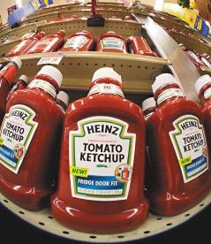 亨氏食品、卡夫食品、星巴克及Subway等16家飲食業者,將響應彭博市長的呼籲,減少從蕃茄醬到培根等產品的含鹽量,最終目標是使美國在未來五年內減少20%的食用鹽消費。圖為亨氏的蕃茄醬產品(美聯社).jpg