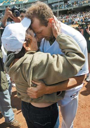 布拉登在母親節投出完全比賽,外婆給他愛的抱抱。美聯社.jpg