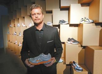 鞋子設計師出身的耐吉公司執行長帕克,正帶領耐吉加緊海外擴張,並發展Nike以外的品牌。帕克以藝術與大眾文化品味聞名,常親自參與產品設計。.jpg