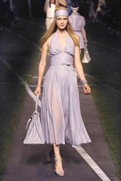 杜邁對品質十分堅持,蟒蛇皮需「不會脫皮」才能上市,史上第一件不脫皮蟒蛇皮洋裝,售價 829,800元。.jpg