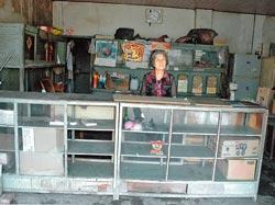 回憶 沒得比 ▲斑駁牆壁、空矮櫃,陳花旻強調自己現在賣得是共和社區的獨家回憶。(林和生攝).jpg