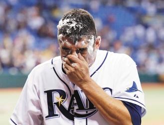 光芒隊投手賈薩投出隊史第一場無安打比賽,賽後被隊友狂噴刮鬍泡慶祝。.jpg