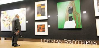 雷曼兄弟的藝術收藏25日在紐約蘇富比拍賣,29日將由佳士得在倫敦拍賣,圖為一位男士在欣賞已經開放參觀的倫敦拍賣品。.jpg