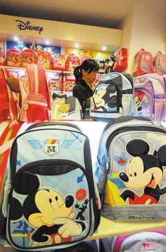 迪士尼上季業績不理想,圖為中國上海一處店面銷售的迪士尼授權商品。歐新社.jpg