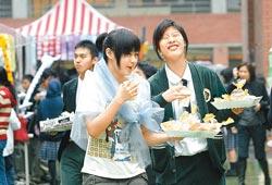 ▲復興中學校慶園遊會,同學推銷商品。(本報資料照片).jpg
