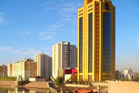 哈薩克新首都建築絢爛奪目,但民生及中國威脅仍待解決。(圖:取自維基網站).jpg