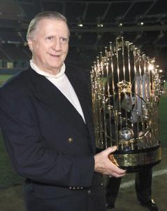洋基掌門人史坦布瑞納昨天心臟病過世,圖為他1998年抱起世界大賽冠軍金杯。路透.jpg