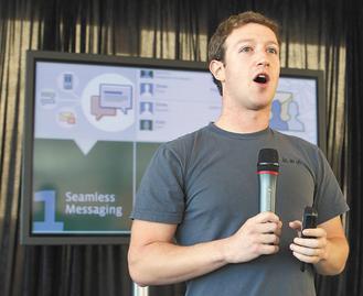 Facebook執行長查克柏格15日在舊金山宣布推出新訊息服務,把電子郵件、手機簡訊、網路聊天與即時通訊整合在同一平台,將對Google、雅虎和微軟電郵構成強力威脅。(美聯社).jpg