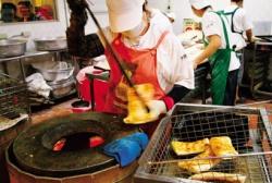 阜杭遵循古法,用水缸燒炭來烤厚燒餅滋味(攝影/呂恩賜).jpg