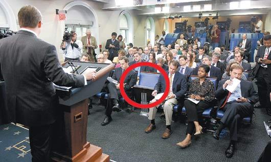 這是白宮發言人吉布斯今年6月9日主持白宮新聞室記者會的情景,當時,海倫.湯瑪斯專用的第一排中間座位是空的。現由美聯社取代,福斯新聞也擠進第一排。美聯社.jpg