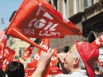 歐洲政府力求撙節開支,引發罷工潮,抗議群眾除了拿示威標語,連在世足賽夯到爆的「巫巫茲拉」樂器也派上用場。(美聯社).jpg