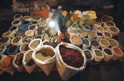 印度食品價格上漲已開始影響經濟。面對新興市場通貨膨脹蠢蠢欲動,投資人可考慮選擇與通膨連動的債券,或投資地產類股和消費類股。路透.jpg