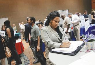 美國上周首次申請失業救濟人數意外減至三個月來最低,就業市場似有好轉跡象。(彭博資訊).jpg