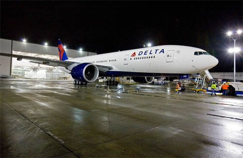 delta-airlines-boeing-777-200LR-night.jpg