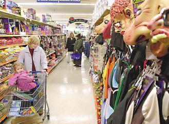 拜零售業祭出促銷方案之賜,美國今年萬聖節銷售額上看58億美元,比去年躍增兩成,為年底購物季帶來好兆頭。(彭博資訊).jpg