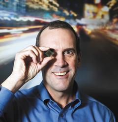 超微執行長邁爾展示整合微處理器與繪圖功能的Fusion晶片。(彭博資訊).jpg