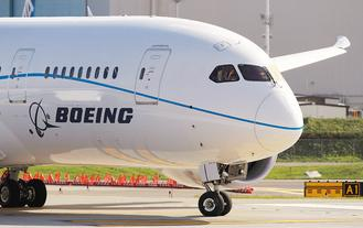 由於交機數量增加,波音第3季轉虧為盈,並上修全年財測。圖為波音正在全力促銷的新型787夢幻客機。美聯社.jpg