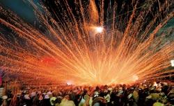 ▲台南鹽水蜂炮是全台元宵節的重頭戲,熱鬧刺激的蜂炮讓民眾體驗萬箭齊發的快感。(本報資料照片 謝明祚攝).jpg