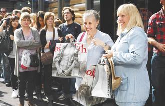 美國多家零售業者的10月同店銷售優於預期,顯示業者祭出流血折扣與推出特別商品的策略奏效。(美聯社).jpg