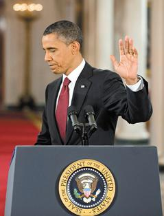 民主黨在期中選舉失去國會眾院多數地位,參院也僅勉強保住優勢,歐巴馬總統在選後記者會神情凝重,連記者會結束時也抿著嘴。.jpg