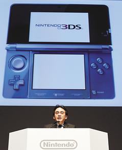 任天堂社長岩田聰在東京記者會上宣布新款3DS掌上型遊戲機將在明年2月發售,無法趕在耶誕購物季前搶攻市場。(美聯社).jpg