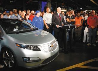 通用5%股票將保留給現有和退休員工、經銷商認購,圖為通用執行長惠特克4月和員工一起發表新電動車Volt。美聯社.jpg