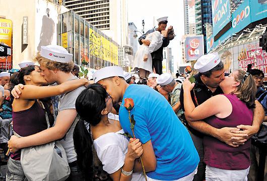 當地時間8月14日,人們在美國紐約時報廣場參加「勝利之吻」重現活動。當日,數十對情侶在紐約時報廣場參加「勝利之吻」重現活動,紀念第二次世界大戰結束65週年。新華社.jpg