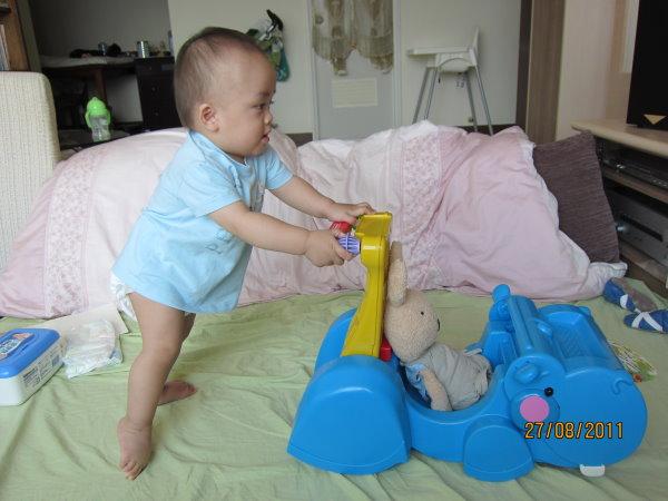 0827寶寶開始用學步車了