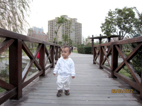 0302走在小橋上很悠閒