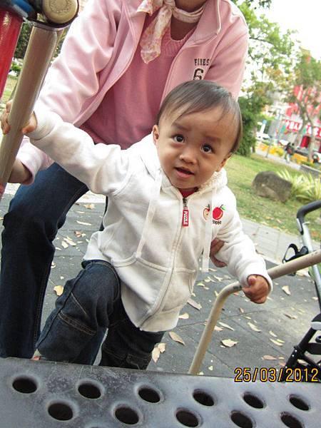 0325公園裡有兒童溜滑梯