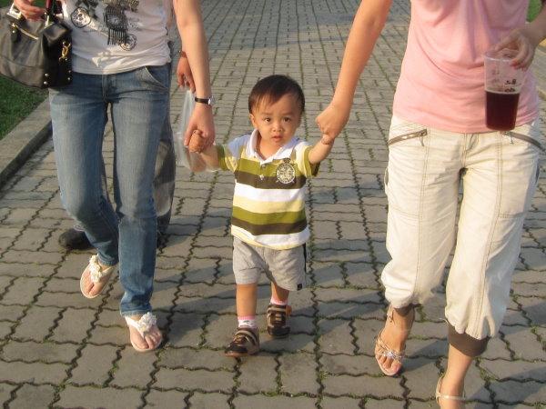0422媽咪和阿姨牽著我散步