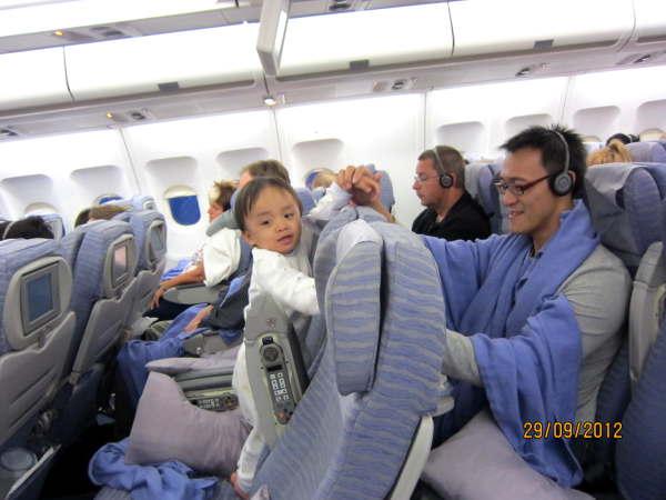 0929有個台灣留學生正在陪寶寶玩