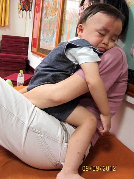 0909媽媽抱著睡