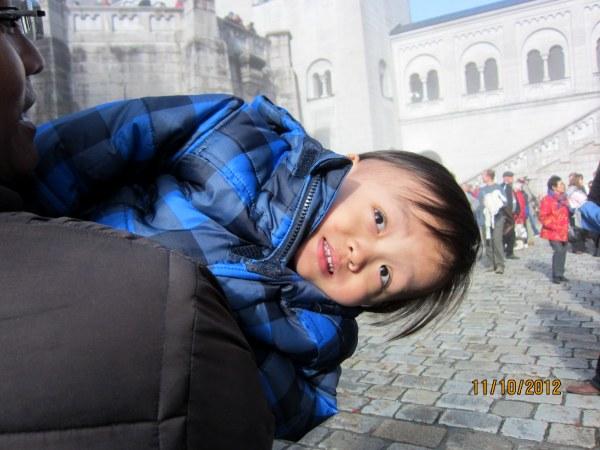 1011寶寶興奮地看著城堡