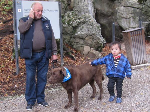 1012鐘乳石洞入口有狗狗巡邏