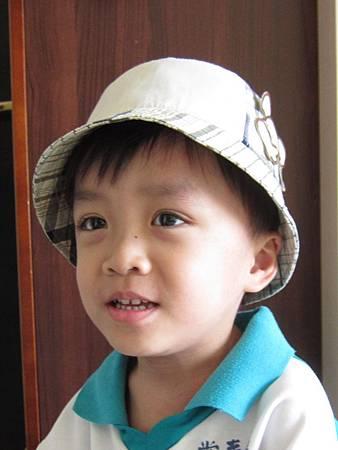 0708媽咪買了新帽子遮陽