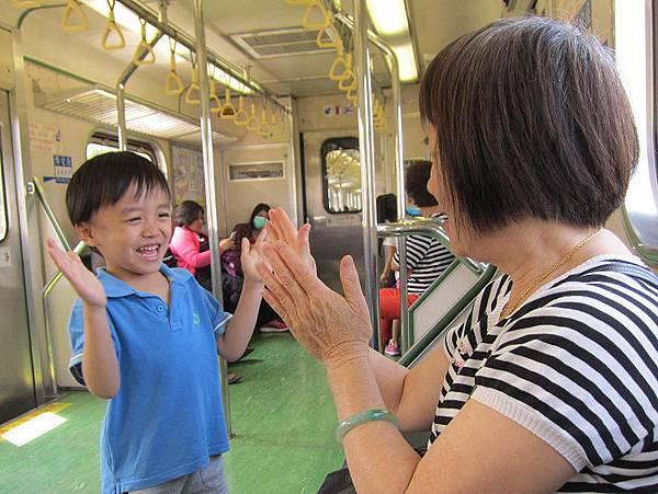 0404火車上與外婆猜拳~