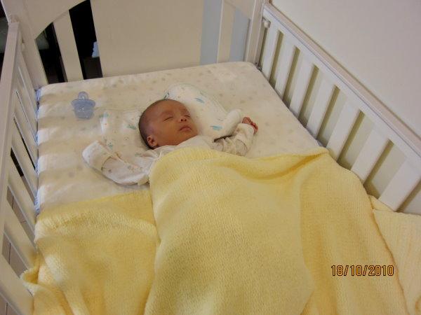 1018嬰兒床近照