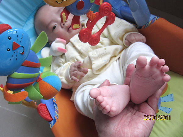 0122媽咪終於沒有逼我趴著,改成玩腳腳囉...