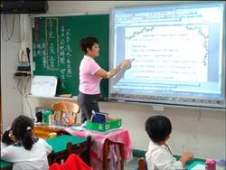 西門國小是全市第一個全校建置電子白板的學校,對提高學生學習興趣有相當幫助。