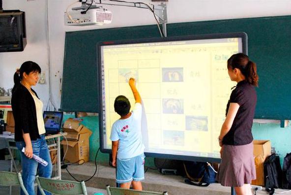 觸控式的電子白板,讓教學更有趣。