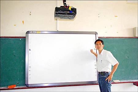 教育部在各校廣設電子白板以取代黑板,但效果良莠不齊,主要問題出在互動教材不足及老師心態有待重新調整。