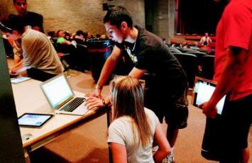 麻省Burlington高中的學生不久前每人分到一個iPad,圖為學生在課堂為新的學習工具尋求技術支持。美聯社