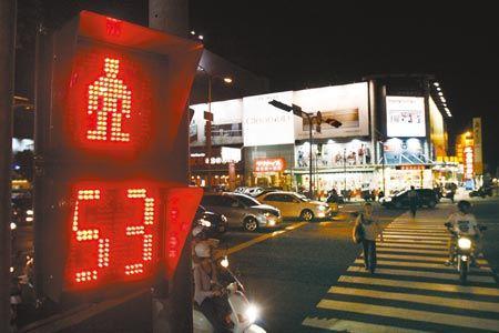 省電齊步走  ▲全台交通號誌燈9月30日全面換成LED燈,LED交通號誌燈比傳統白熾燈節電達85%,估計全國每年可省2.47億度電、減少二氧化碳排放15.12萬噸。