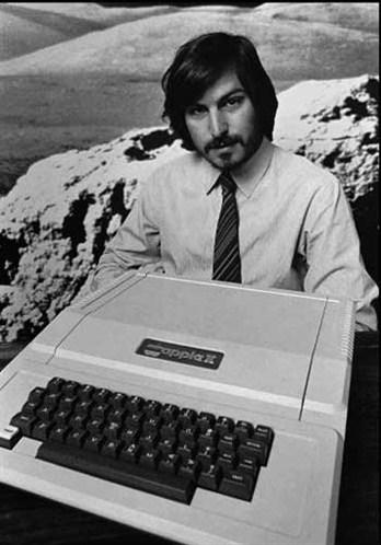 1976年,史蒂夫賈伯斯與史蒂夫沃茲尼克在加州發明了第一台蘋果電腦。它只有一個小電路板,成本低於七百美金。