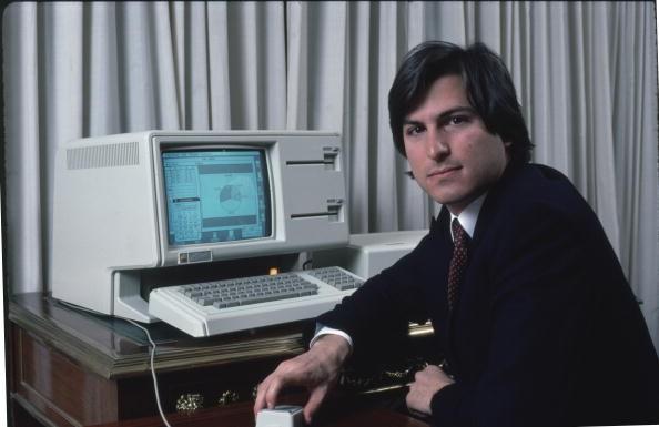 1983年,第一部配有滑鼠、桌面圖示與檔案夾的個人電腦問市。但因為幾近一萬美金的高價使得產品乏人問津。